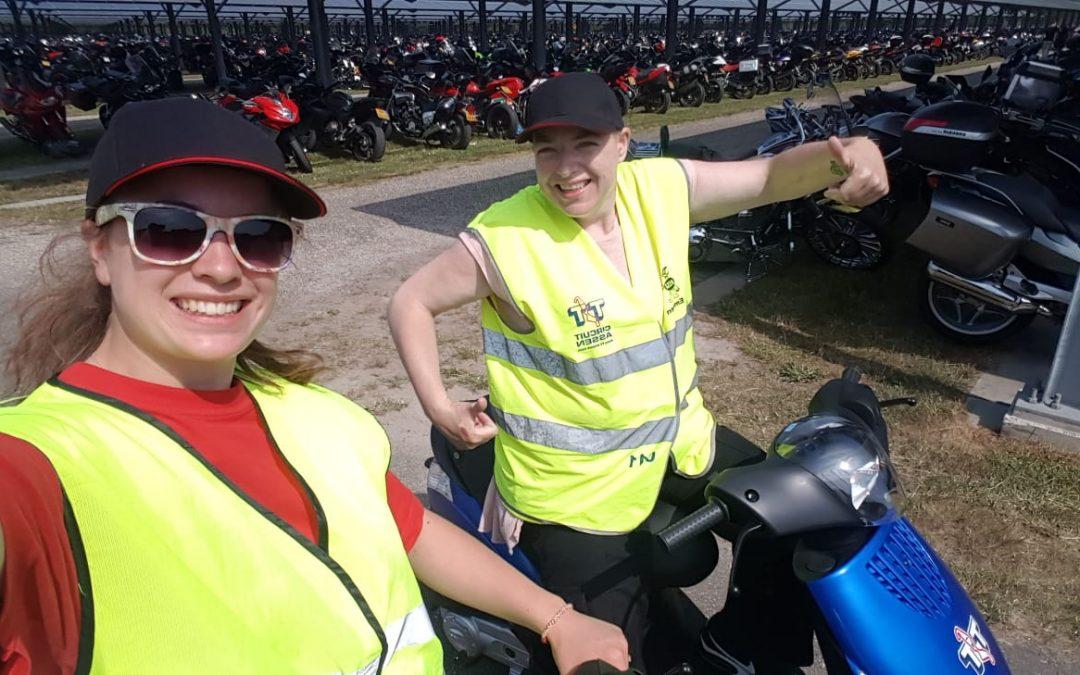 Vrijwilligers KC Assen helpen bij de TT